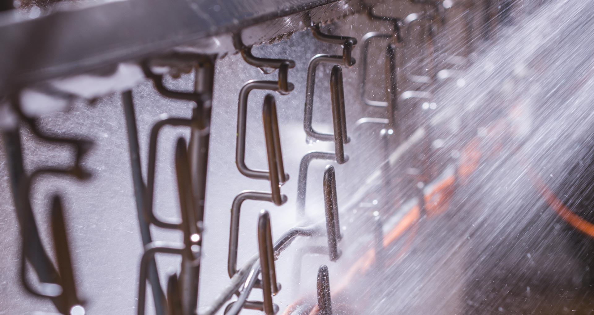 Foto van hygienische bekabeling met vecoclip kabelladders die afgespoten worden